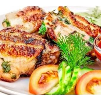 Куриные бедрышки с салатом из цветной капусты с арахисом