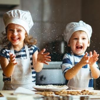 Дети. Пирожное картошка, заварные колечки с творожным кремом